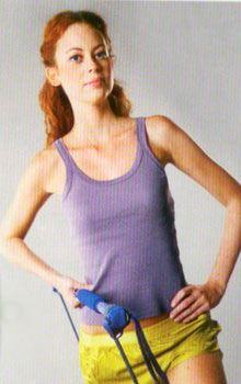 3 Sırt güçlendirme: Gym stick'i tutan kol aşağıda duracak şekilde harekete başlayın. Nefes vererek dirsekler 90 derecelik açı oluşturuncaya kadar kollarınızı yukarı çekin. Ardından nefes alarak tekrar başlangıç pozisyonuna gelin. Hareketi 3 set yapın, her set 15 tekrardan oluşmalı.  Çalışan bölge: Sırt ve kanat kasları